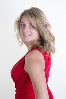 Jovem loira linda com um elegante vestido vermelho