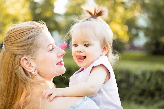 Jovem loira mãe bonita com sua filha rindo juntos