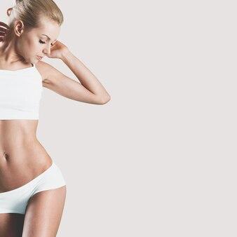 Jovem loira magra em lingerie branca