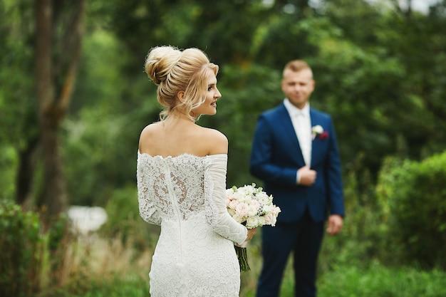 Jovem loira noiva com seu lindo noivo