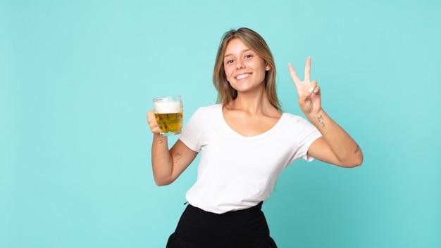 Jovem loira segurando um copo de cerveja