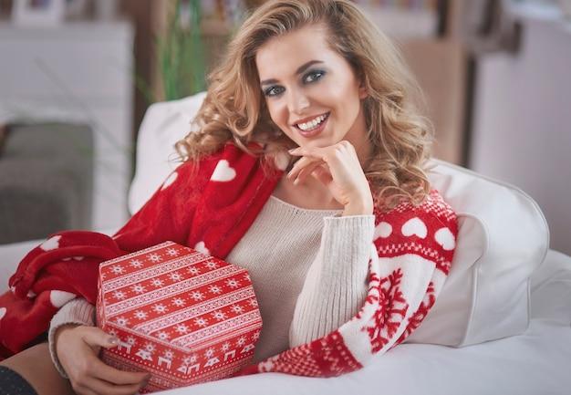 Jovem loira segurando um presente de natal