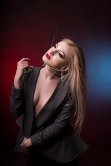 Jovem loira sensual com cabelo em movimento no estúdio
