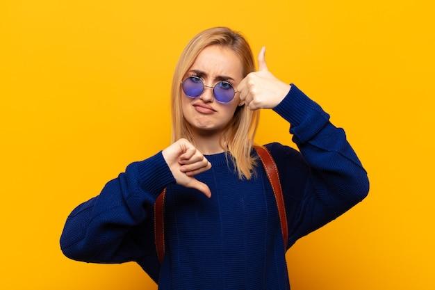 Jovem loira sentindo-se confusa, sem noção e insegura, avaliando o que há de bom e de ruim em diferentes opções ou escolhas