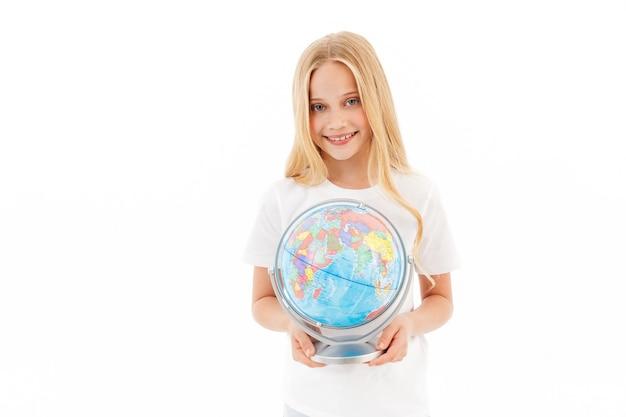 Jovem loira sorridente em roupas casuais segurando um globo em branco
