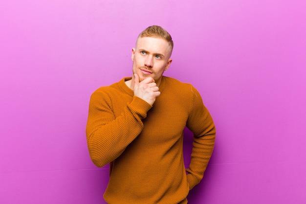 Jovem loira, vestindo um jumper pensando, se sentindo duvidoso e confuso, com diferentes opções, imaginando qual decisão tomar