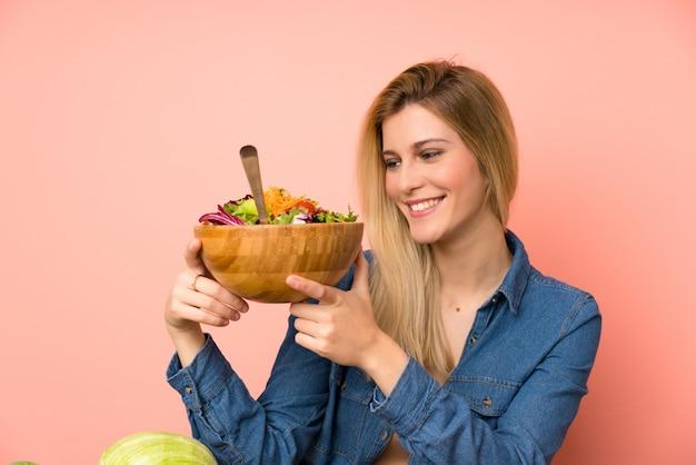 Jovem, loiro, mulher, com, salada