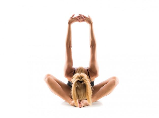 Jovem, loiro, mulher, em, maillot, prática, ioga, lição