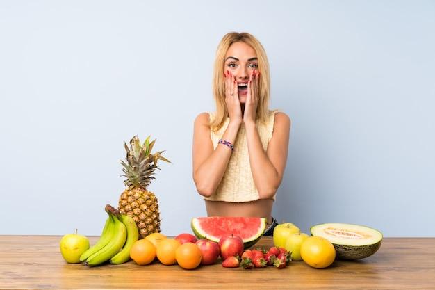 Jovem, loiro, mulher, lotes, frutas, surpresa, facial, expressão