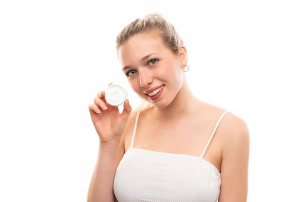 Jovem, loiro, mulher, sobre, isolado, fundo branco, com, moisturizer