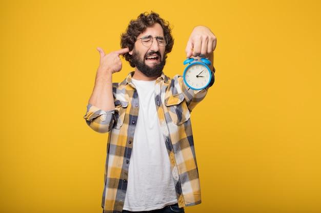 Jovem louca louco idiota pose com um temporizador ou despertador