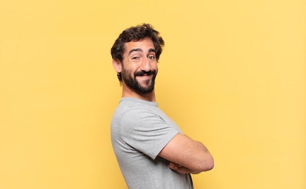 Jovem louco barbudo com expressão feliz