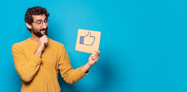 Jovem louco barbudo com um banner de mídia social