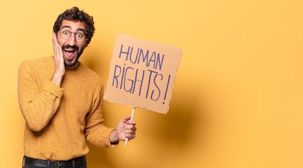 Jovem louco barbudo com um papelão de direitos humanos