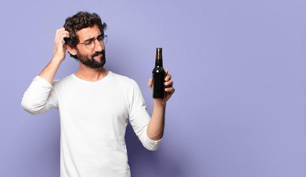 Jovem louco barbudo com uma cerveja