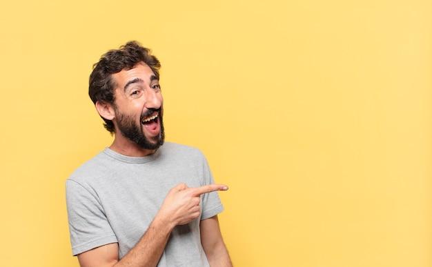 Jovem louco barbudo com uma expressão feliz