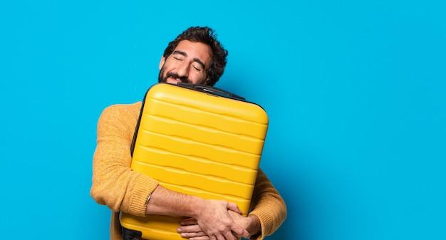 Jovem louco barbudo com uma mala de terno