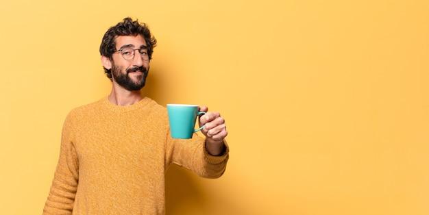 Jovem louco barbudo com uma xícara de café