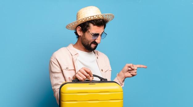 Jovem louco barbudo. conceito de viagens