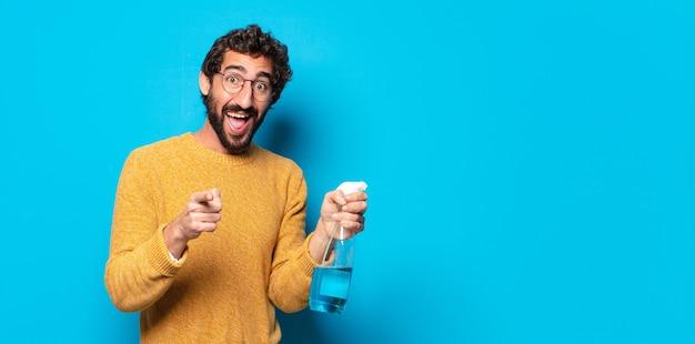 Jovem louco barbudo dona de casa com um produto limpo