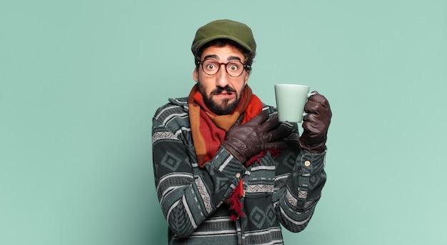 Jovem louco barbudo e vestindo roupas de inverno