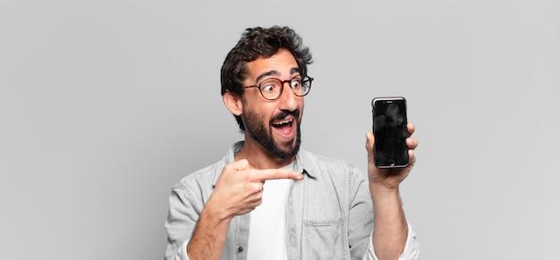 Jovem louco barbudo. expressão chocada ou surpresa. conceito de tela do telefone