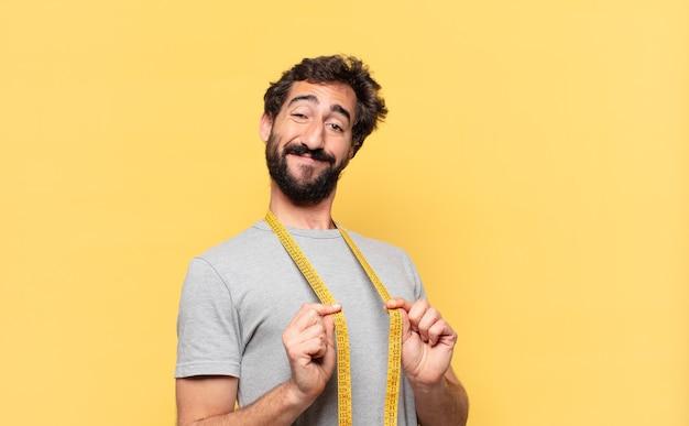 Jovem louco barbudo fazendo dieta uma expressão feliz