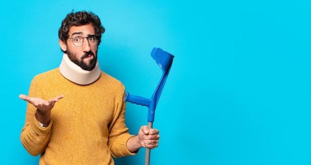 Jovem louco barbudo que está sofrendo de dor. conceito de acidente