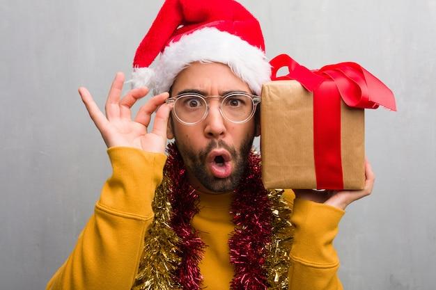 Jovem, louco, homem, celebrando, natal