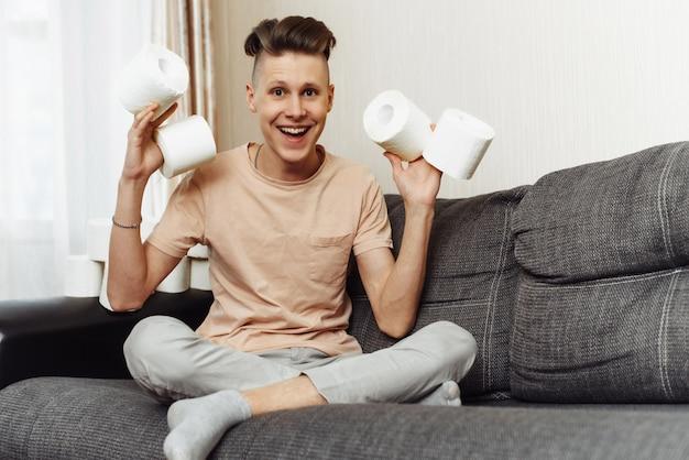 Jovem louco rodeado por papel higiênico. açambarcamento de papel higiênico