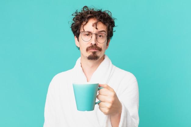 Jovem louco tomando um café