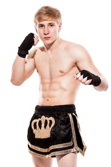 Jovem lutador bonito em shorts