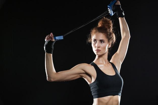 Jovem lutador feminino usando expansor