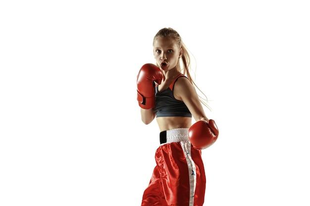 Jovem lutadora de kickboxing feminino treinando isolado no fundo branco