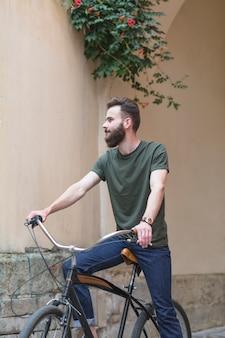 Jovem, macho, ciclista, bicicleta equitação