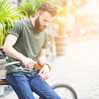 Jovem, macho, ciclista, sentando, ligado, seu, bicicleta