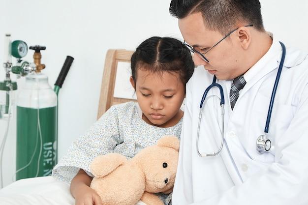 Jovem, macho, doutor, pediatra, menina verificando