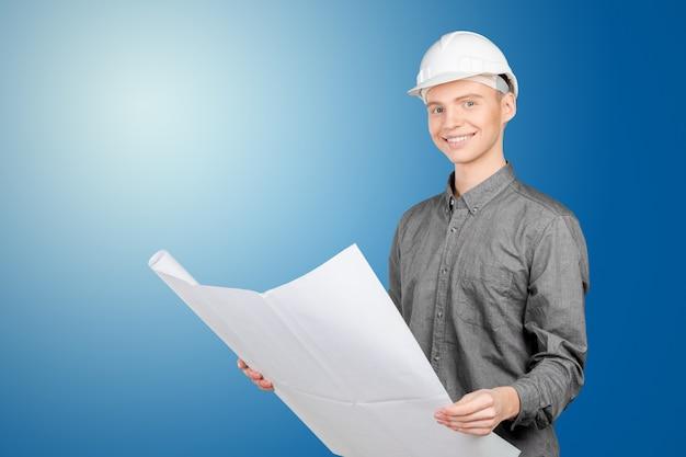 Jovem, macho, engenheiro, com, capacete, segurando, blueprint