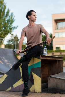 Jovem, macho, modelo, posar, com, skateboard