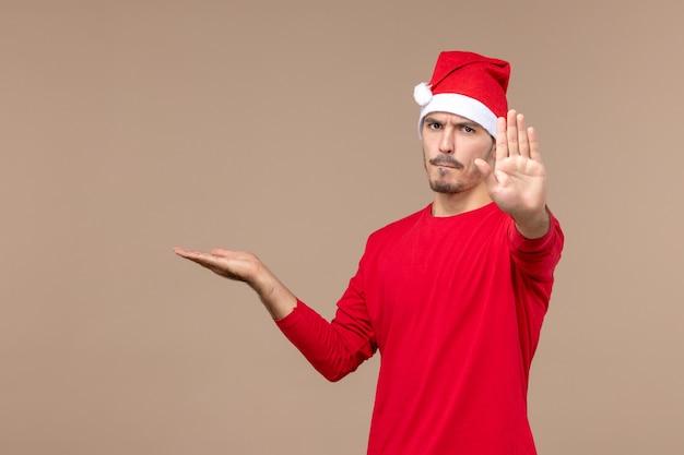 Jovem macho pedindo para parar no feriado de emoção de cor masculina de frente