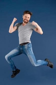Jovem macho pulando