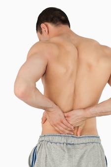 Jovem macho que sofre de dor nas costas