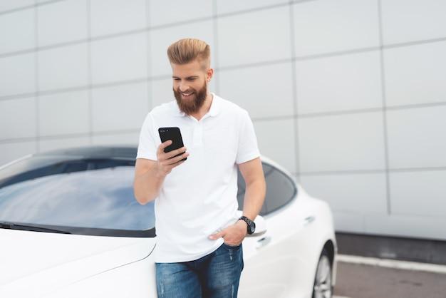 Jovem, macho, turista, usando, smartphone