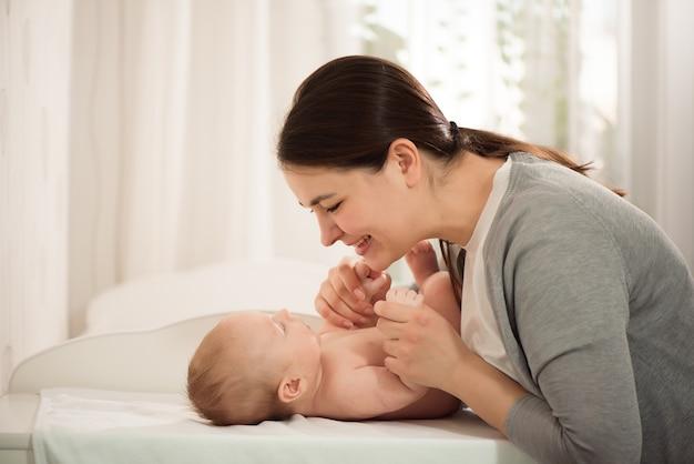 Jovem mãe amamentando seu filho recém-nascido