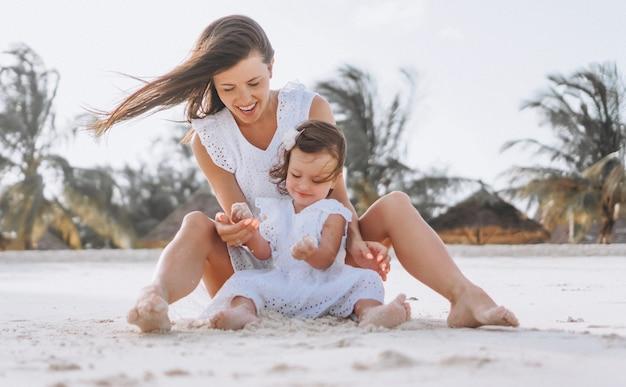 Jovem, mãe, com, dela, filha pequena, praia, por, a, oceânicos