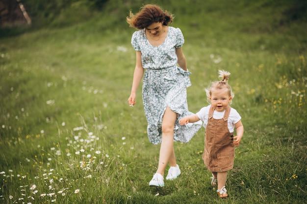 Jovem mãe com filha no parque