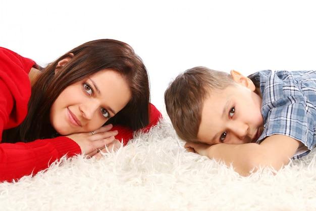 Jovem mãe com filho de cinco anos