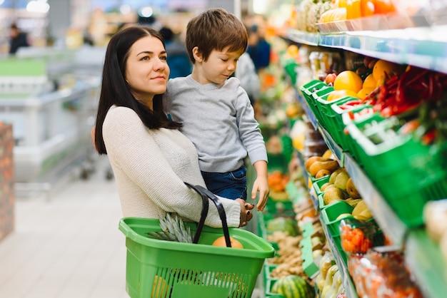 Jovem mãe com seu filho no supermercado