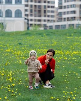 Jovem mãe com seu filho