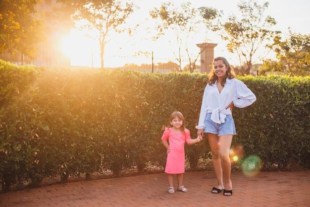 Jovem mãe com sua filha. conceito de dia das mães